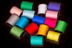 di fili colorati Multi per ricamo sul nero Immagine Stock Libera da Diritti