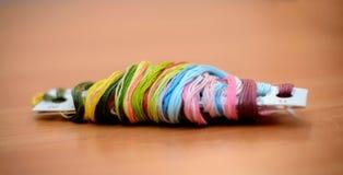 di filo di seta colorato Multi sulla tavola Fotografie Stock Libere da Diritti
