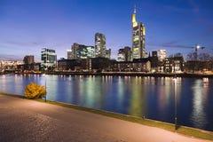 Di fiume Main a Francoforte alla notte Fotografia Stock Libera da Diritti