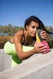 Di forma fisica della ragazza allenamento all'aperto Fotografie Stock Libere da Diritti