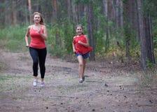 Di forma fisica mamma e figlia all'aperto immagini stock libere da diritti