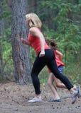 Di forma fisica mamma e figlia all'aperto immagine stock