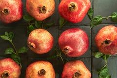 901/5000 di frutta del melograno su una pietra nera dello scisto del fondo fotografia stock libera da diritti