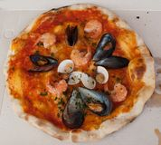 ` Di ` frutti di mare della pizza con le cozze, le vongole ed i gamberetti Fotografia Stock