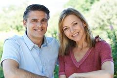 Di gran lunga ritratto all'aperto delle coppie mature sorridenti Fotografie Stock