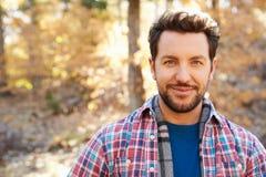 Di gran lunga ritratto dell'uomo in Autumn Woodland immagini stock