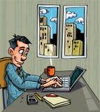 Di impiegato del fumetto occupato sul suo computer portatile Fotografia Stock Libera da Diritti