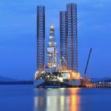 Di Jack impianto di perforazione della trivellazione petrolifera su nel cantiere navale per manutenzione Immagini Stock