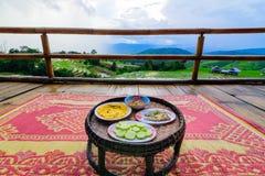 Di Khantok (vassoio dell'alimento) dell'alimento cena tailandese tradizionalmente per l'alloggio presso famiglie fotografia stock libera da diritti