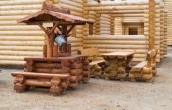 Di legno bene con una benna Immagini Stock