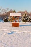 Di legno bene sul paesaggio della neve di inverno fotografia stock