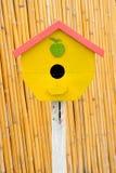 Di legno d'annata piccolo dell'aviario. fotografie stock