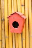 Di legno d'annata piccolo dell'aviario dai handycrafts. fotografie stock libere da diritti