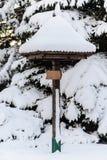 Di legno firmi dentro la forma del fungo, coperta di neve, l'inverno immagini stock libere da diritti