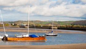 Di legno lunghi barge dentro il porto di Conwy Fotografia Stock