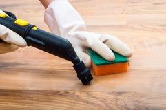 Di legno, parquet, pavimenti laminati che puliscono con il vapore nella stanza Fotografie Stock