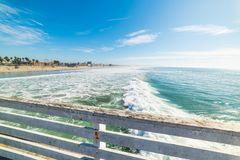 Di legno recinti la spiaggia pacifica fotografie stock