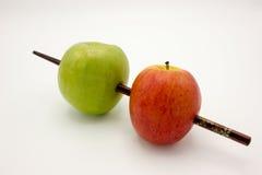 Di legno rosso e verde di Apple è stato spinto da parte a parte Immagine Stock Libera da Diritti