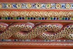 Di legno scolpito e dipinto in un bello stile calligrafico Tailandia irritabile Fotografia Stock Libera da Diritti