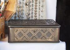 Di legno scolpito sulla vendita in un bazar turistico locale immagini stock