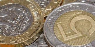 5 di libbra britannica una e di zloty polacca moneta A Immagine Stock