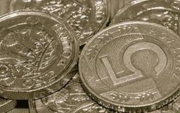 5 di libbra britannica una e di zloty polacca moneta B Fotografia Stock