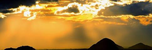 Di luce solare montagna chiusa dell'ombra del sole della nuvola forte Immagine Stock Libera da Diritti