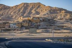 12/11/2018 di Luxor, Egitto, rovine di una città antica al piede delle montagne sabbiose fotografia stock