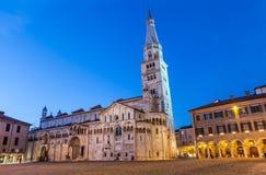 Di Módena del Duomo con la torre de Ghirlandina Fotos de archivo