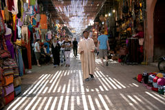 Di MARRAKESH, MAROCCO il 15 settembre: Un uomo che elemosina nel souk su Septe Fotografia Stock Libera da Diritti