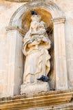 di Matera sassi Średniowieczna rzeźbiona grupa trzy postaci na pediment alumnata budynek zdjęcia stock