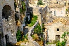 Di Matera di Sassi Via d'avvolgimento stretta di vecchia città della caverna fotografia stock libera da diritti