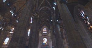 DI MILÃO DO DOMO, MILÃO, ITÁLIA - 10 DE OUTUBRO DE 2017: Interior e exterior dentro do templo em Milão Di de Milan Cathedral Duom filme