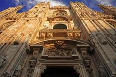 Di Milano, frontal del Duomo de la fachada debajo de la visión Fotos de archivo