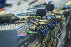 Di miscelazione della console primo piano professionale del pannello indietro Microph senza fili Fotografia Stock Libera da Diritti