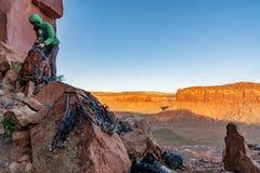 3/21/19 di Moab, Utah Donna che fa i bagagli il suo ingranaggio dopo un giorno lungo dell'arrampicata immagini stock