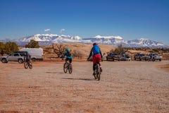 3/16/19 di Moab, Utah Un gruppo di persone che si preparano per un ciclismo di montagna lungo di giorno di vacanza in Moab, Utah fotografia stock libera da diritti