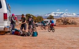 3/16/19 di Moab, Utah Un gruppo di persone che si preparano per un ciclismo di montagna lungo di giorno di vacanza in Moab, Utah immagini stock libere da diritti