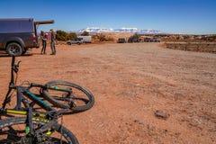 3/16/19 di Moab, Utah Un gruppo di persone che si preparano per un ciclismo di montagna lungo di giorno di vacanza in Moab, Utah fotografie stock libere da diritti