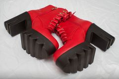 Di modello indossando un paio degli stivali rossi durante il Armani sfoggi immagini stock libere da diritti