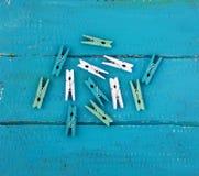 di mollette da bucato colorate Multi su un di legno blu fotografia stock libera da diritti