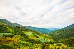 di montagne coperte di nuvola Fotografie Stock