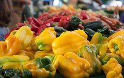di mucchio colorato Multi dei peperoni dolci al mercato dell'agricoltore Immagini Stock Libere da Diritti