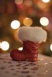 Di Natale del Babbo Natale dello stivale di scintillio del bokeh rosso della neve di inverno fluffly Fotografie Stock Libere da Diritti