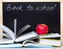 Di nuovo ai libri aperti & alla mela della lavagna di concetto della scuola Immagini Stock Libere da Diritti