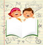 Di nuovo al banco - bambini con un libro aperto Immagine Stock Libera da Diritti