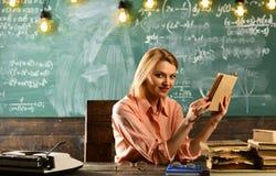 Di nuovo al banco Di nuovo al concetto della scuola con il libro di lettura sorridente della ragazza Fotografie Stock Libere da Diritti