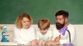 Di nuovo al banco Giorno della famiglia Bambini istruzione e istruzione degli allievi Giorno degli insegnanti Inizio delle lezion video d archivio