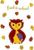 Di nuovo al banco Gufo con un manuale sotto l'ala e le foglie di autunno Vettore royalty illustrazione gratis