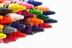 Di nuovo al banco Matite multicolori isolate su priorità bassa bianca Posto per testo immagine stock